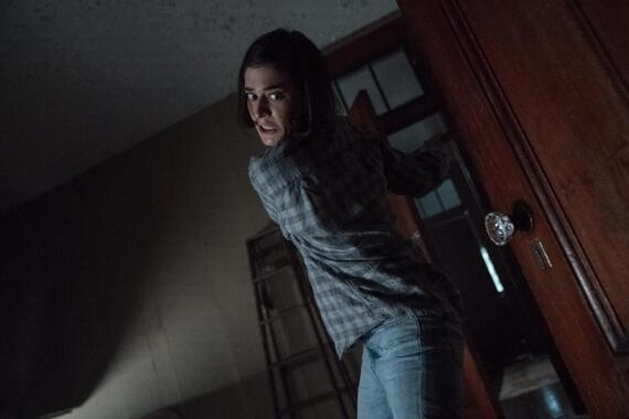"""CASTLE ROCK -- """"Dirty"""" - Episode 208 -- Annie sees things for what they are. Annie (Lizzy Caplan), shown. (Photo by: Dana Starbard/Hulu)"""