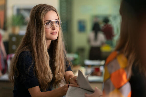 "MRS. AMERICA -- ""Betty"" --Episode 4 (Airs April 22) Pictured: Rose Byrne as Gloria Steinem. CR: Sabrina Lantos/FX"