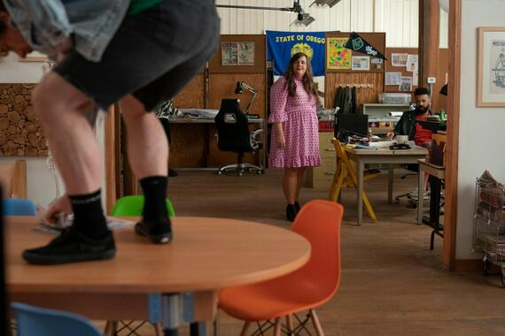 """Shrill -- """"will"""" - Episode 302 -- Amadi sets Annie up on a disastrous blind date. Fran is sick of working from home and takes a job at a salon. Bill and Vera make a big announcement about their future. Annie (Aidy Bryant) and Amadi (Ian Owens), shown. (Photo by: Allyson Riggs/Hulu)"""