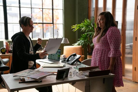 """Shrill -- """"will"""" - Episode 302 -- Amadi sets Annie up on a disastrous blind date. Fran is sick of working from home and takes a job at a salon. Bill and Vera make a big announcement about their future. Gabe (John Cameron Mitchell) and Annie (Aidy Bryant), shown. (Photo by: Allyson Riggs/Hulu)"""